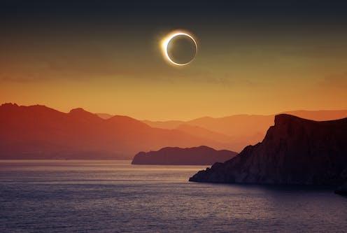 Une éclipse solaire au dessus de l'eau.
