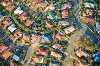 Vista aérea de viviendas unifamiliares y jardines.