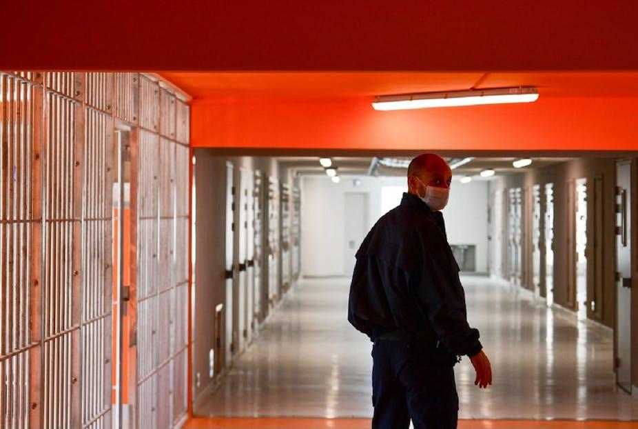 Un gardien se tient devant les couloirs de la nouvelle prison de Lutterbach.