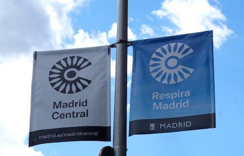 Banderolas con la señalización de Madrid Central.