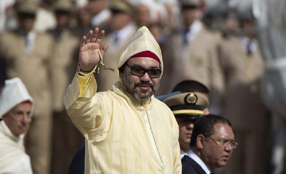Le roi du Maroc Mohammed VI salue la foule durant une cérémonie d'allégeance, en juillet 2018, à Tétouan.