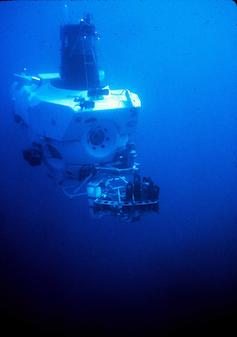 Submersible manned vessel underwater