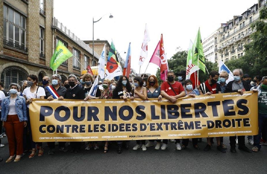"""Jean-Luc Mélenchon derrière une banderole contre les idées d'extrême-droite, à la """"Marche des libertés"""" le samedi 12 juin."""