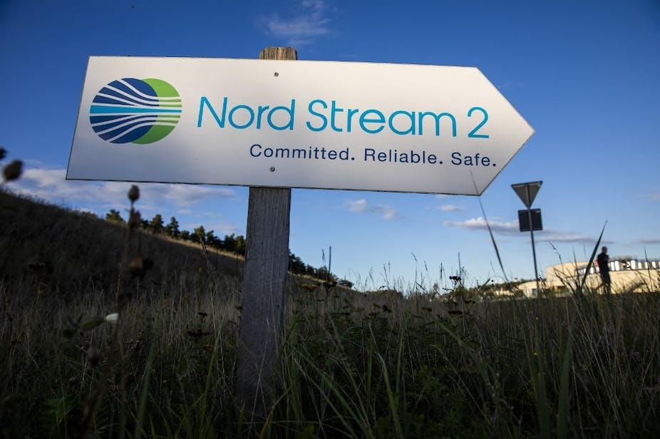 Cette photo d'archive prise le 7 septembre 2020 montre un panneau routier dirigeant la circulation vers l'entrée de l'installation d'atterrissage de la ligne de gaz Nord Stream 2 à Lubmin, dans le nord-est de l'Allemagne.