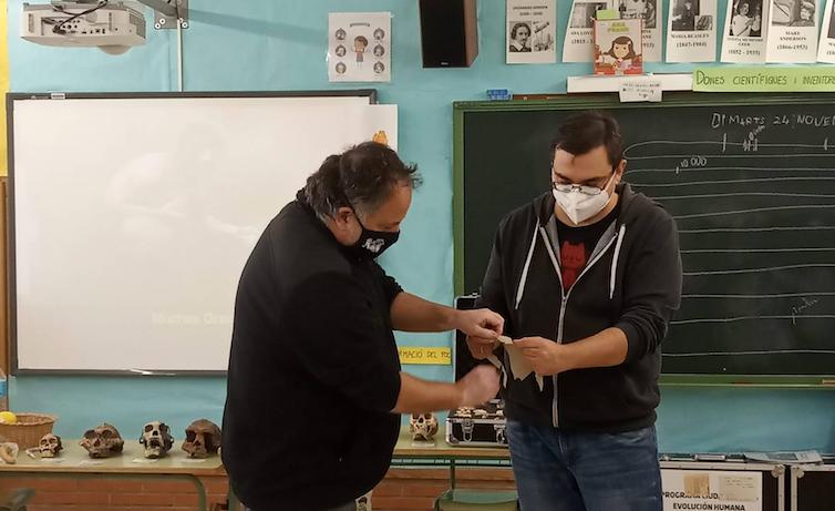 Imagen de los autores realizando un taller escolar.
