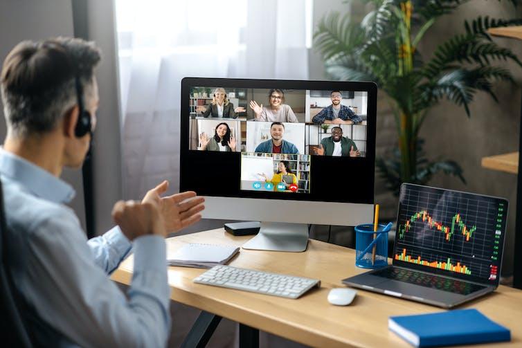 Un télétravailleur discute avec des collègues lors d'un appel vidéo