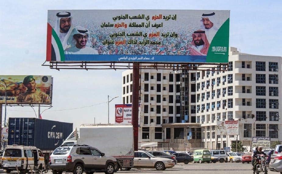 Un panneau représente les dirigeants saoudiens et émiratis côte à côte, dans la ville portuaire yéménite d'Aden, en 2019.