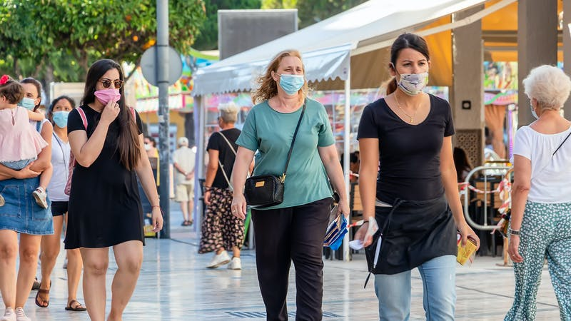 ¿Es una medida adecuada dejar de usar mascarillas al aire libre?