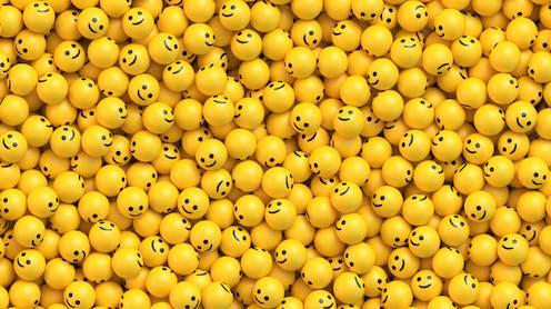 Decenas de bolas amarillas con emojis de sonrisa.