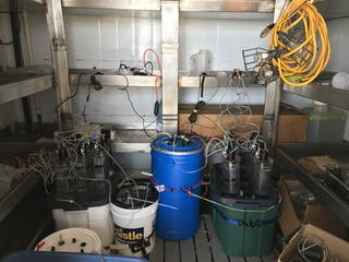 Sala de experimentos en un barco lleno de equipo.