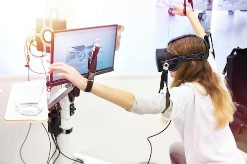 Una persona con dicapacidad motora utilizando tecnología de Realidad Virtual.