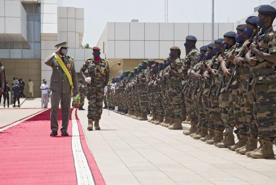 Assimi Goïta saklue des militaires à Bamako