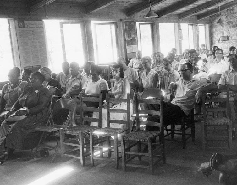 Un aula llena de adultos en la década de 1950.