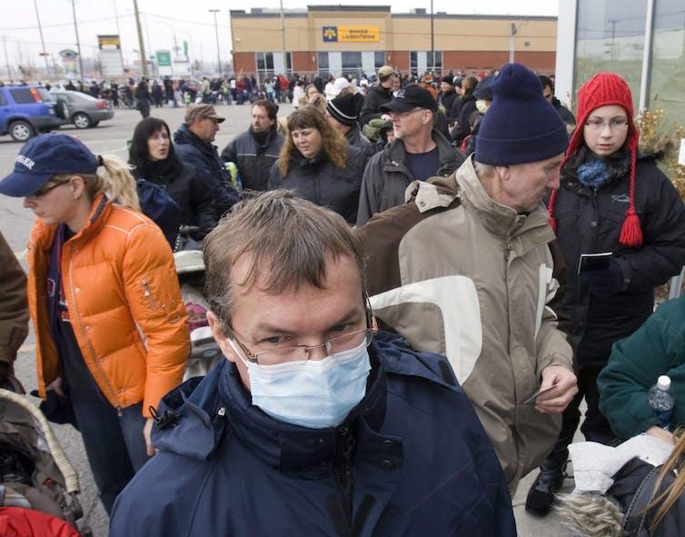 Des gens attendent pour se faire vacciner