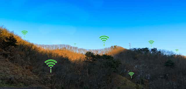 Montaña con iconos wifi dispersos.
