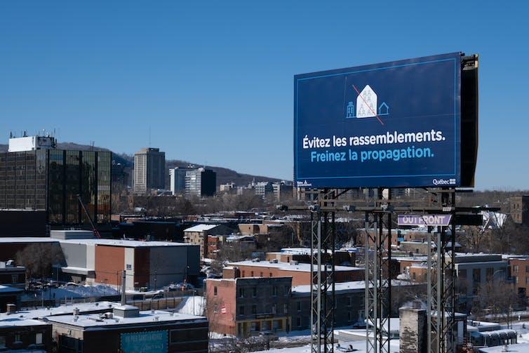 Panneau invitant les Montréalais à rester chez eux