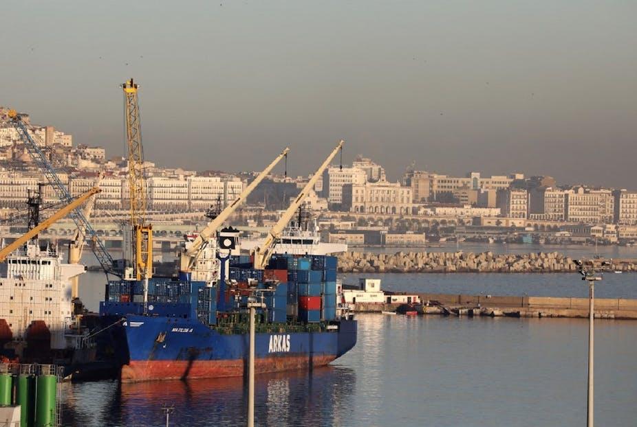 Un porte-conteneurs dans le port d'Alger, le 6 décembre 2017.