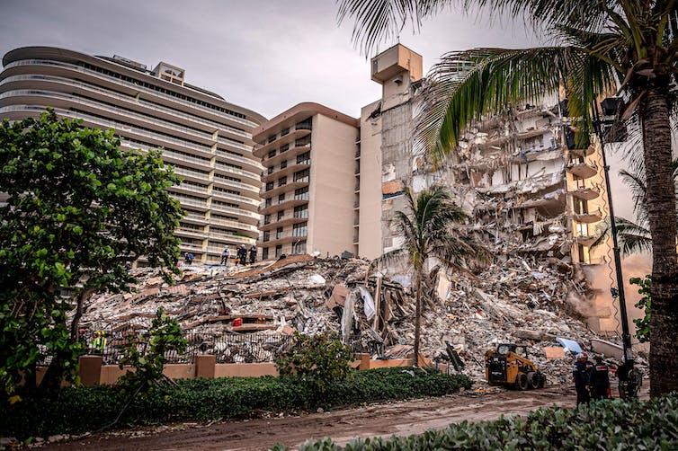 Vista frontal de un edificio de apartamentos derrumbado.