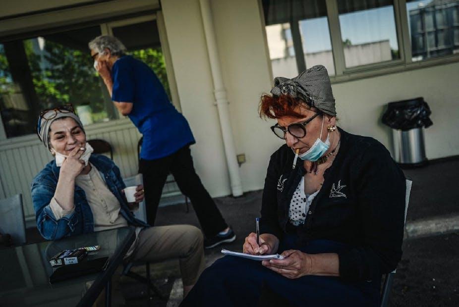 Des travailleuses sociales en pause dans un hôtel transformé en hôpital de fortune, le 23 avril 2020, durant la première vague de coronavirus.