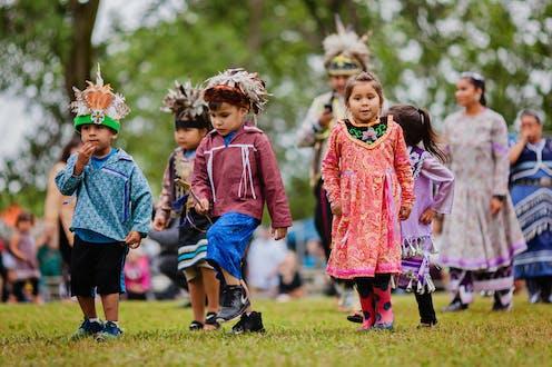 Des enfants prennent part à un pow wow à Kahnawake