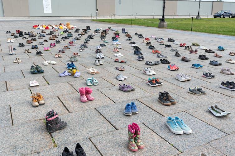 Petites chaussures alignées en commémoration pour les enfants disparus de Kamloops