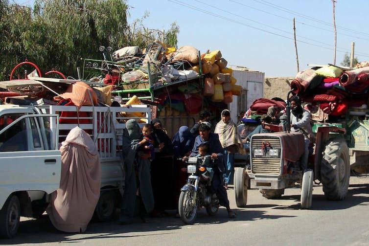 Des Afghans fuient leur village.