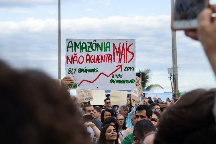 Manifestante levanta cartaz