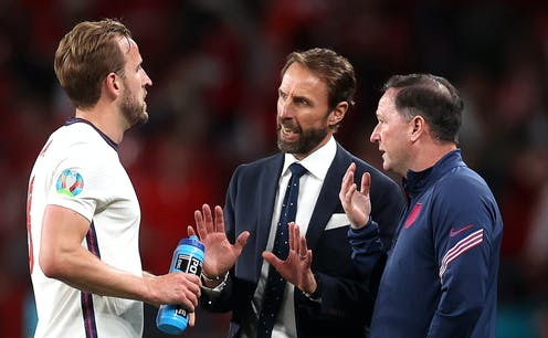 Gareth Southgate in discussion with Harry Kane and Steve Holland.