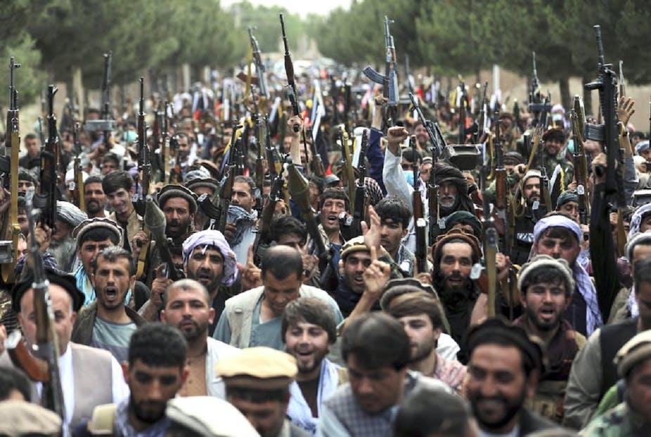Des miliciens rejoignent les forces de sécurité afghanes lors d'un rassemblement à Kaboul, le mois dernier.