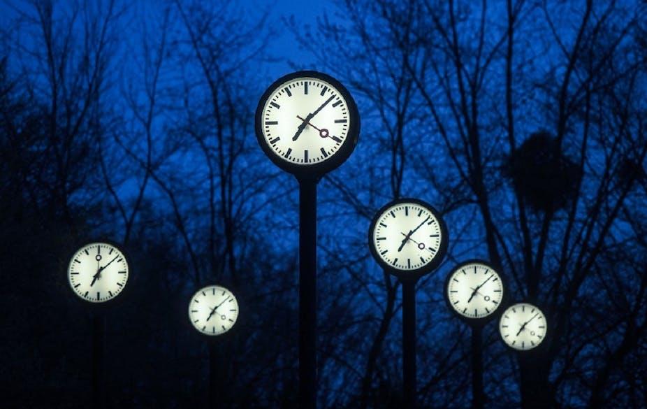 L'installation «Zeitfeld» par Klaus Rinke représente un alignement d'horloges lumineuses au crépuscule, près de Düsseldorf.