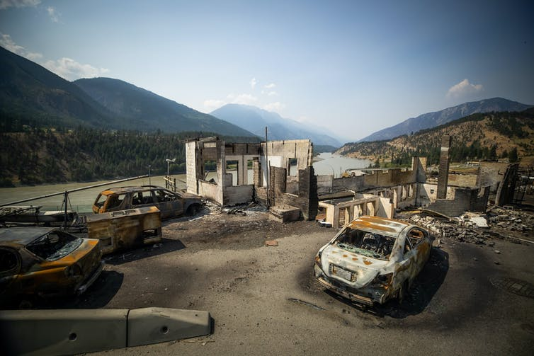 Restos de vehículos y edificios quemados