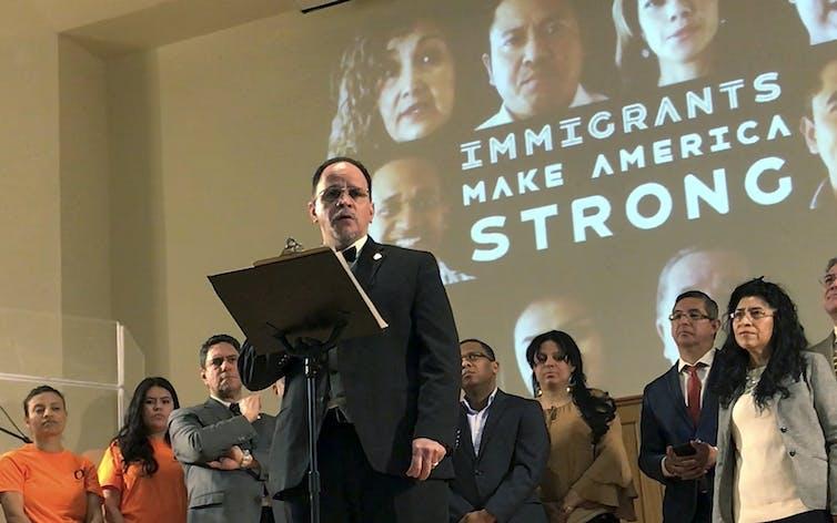 O Rev. Jose Rodriguez, do Waltham Worship Christian Center, fala em uma reunião em Boston em março de 2018 para chamar a atenção para as questões de imigração.