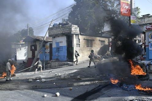 Des pneus brûlent dans les rues d'Haïti.