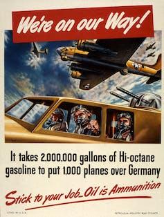 affiche vintage dépeint les pilotes de chasse de la Seconde Guerre mondiale et exhorte les Américains à économiser le carburant.