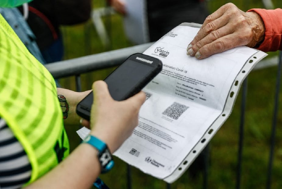 Une personne tend son pass vaccinal à l'entrée du festival «Les Vieilles Charrues», le 8 juillet 2021.