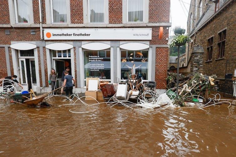 Devant un magasin inondé, le 16 juillet 2021, à Pepinster en Belgique. Bruno Fahy/Belga/AFP