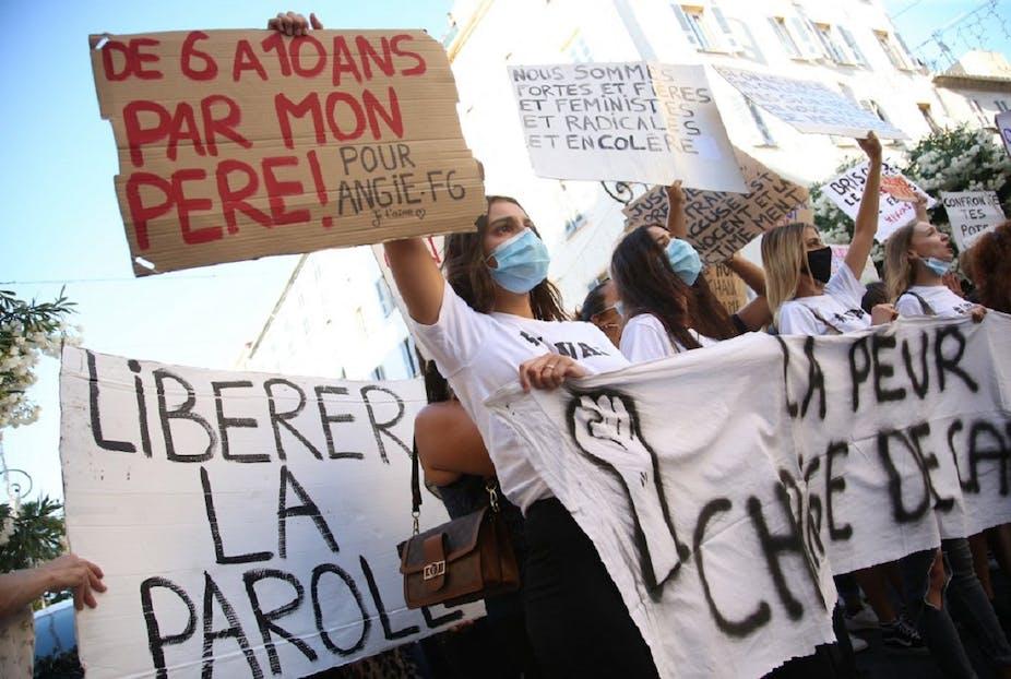 Une femme brandit un panneau «De 6 à 10 ans par mon père !» durant une manifestation à l'appel du mouvement #IwasCorsica contre les violences sexuelles faites aux femmes, en juillet 2020 à Ajaccio.