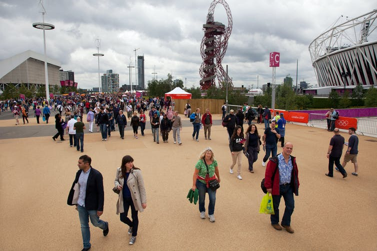 Les visiteurs se promènent dans le parc olympique de Londres 2012 à Stratford, dans l'Est de Londres