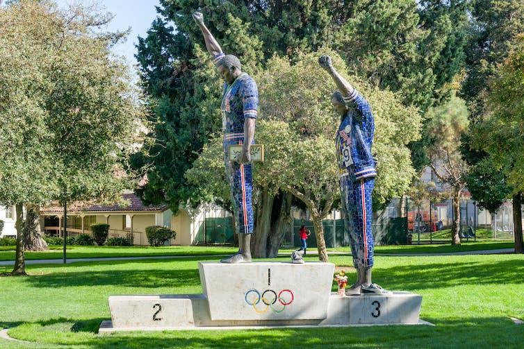 Statue de Tommie Smith et John Carlos sur le campus de la San Jose State University