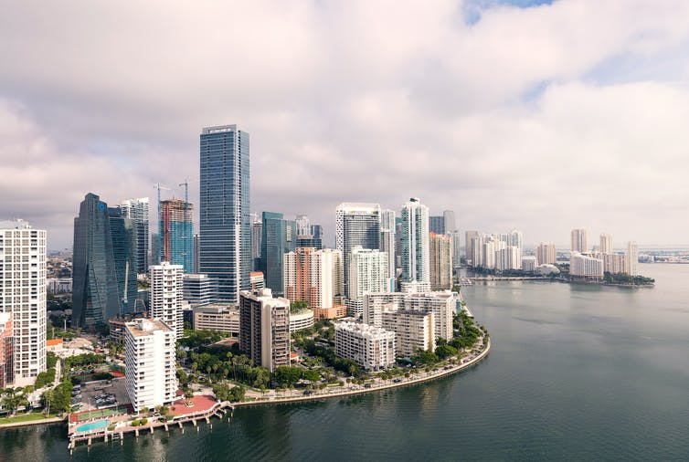 Une vue aérienne du centre-ville de Miami montrant des sentiers pédestres, des parcs et des piscines au bord de l'eau