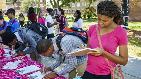 Young college students, volunteering