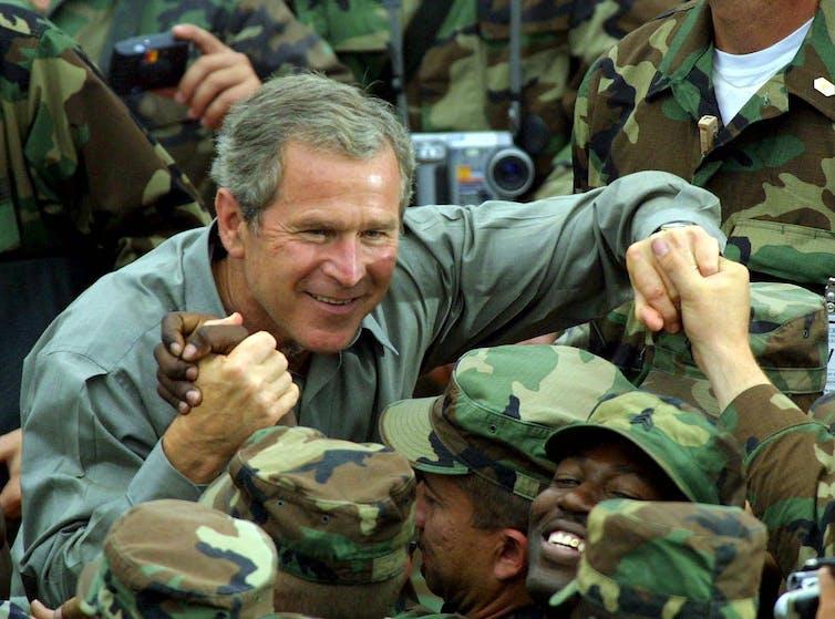 George W Bush serrant la main des troupes américaines/