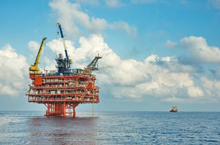 Una plataforma petrolera en alta mar.