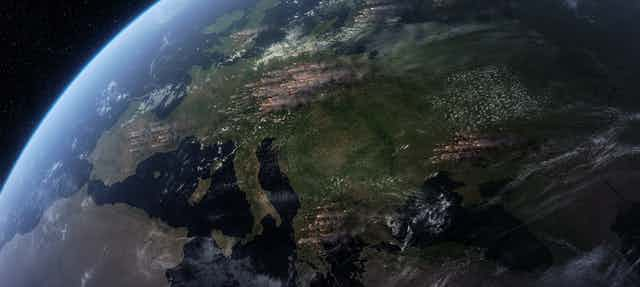 Imagen satélite de Europa con rastro de humo d incendios.