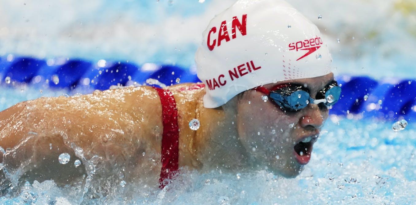 La Canadienne Margaret Mac Neil nage vers la médaille d'or lors de la finale du 100 mètres papillon féminin aux Jeux olympiques de Tokyo.         La Presse Canadienne/Frank Gunn