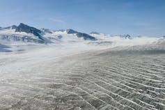 cabeza del glaciar Shamrock, con los picos montañosos desnudos detrás