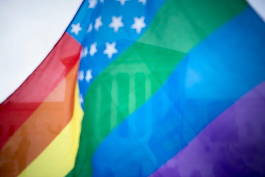 La Cour suprême américaine vue à travers un drapeau arc-en-ciel