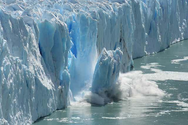 Effondrement dans les eaux d'une portion d'un glacier en Antarctique