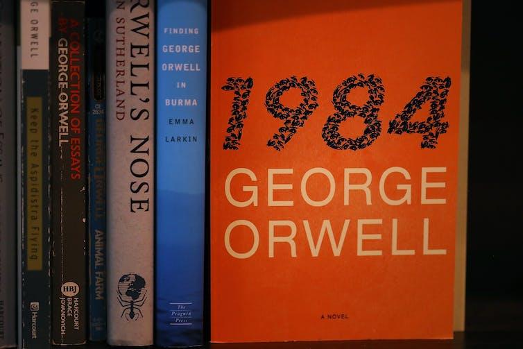 Un ejemplar de la novela '1984' de George Orwell se exhibe en la librería The Last Bookstore el 25 de enero de 2017, en Los Ángeles.