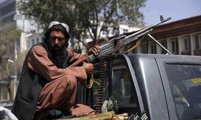 Combatiente talibán sujetando un arma